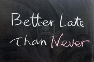 meglio-tardi-che-mai-parole-scritte-sulla-lavagna